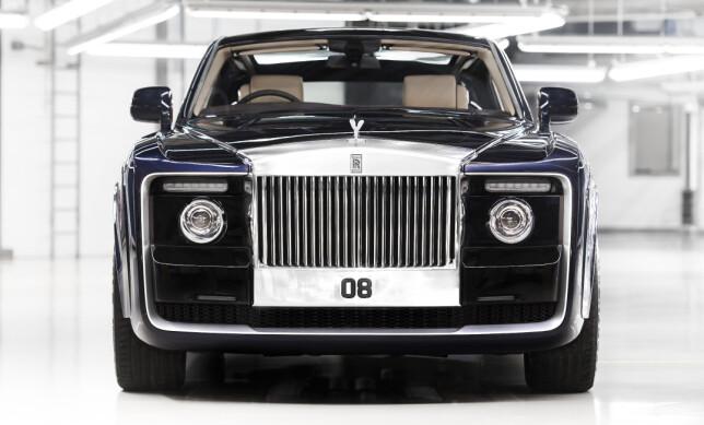 MASSIVT: Fronten utstråler streng autoritet og den berømte Rolls-grillen har vel aldri vært så svær. Foto: Rolls-Royce