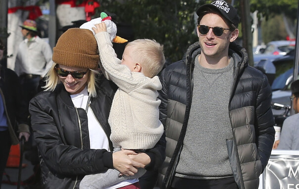 GODT FORHOLD: Kate Mara og Jamie Bell fotografert sammen med Bells lille sønn i Los Angeles før jul. Foto: Splash News/ NTB scanpix
