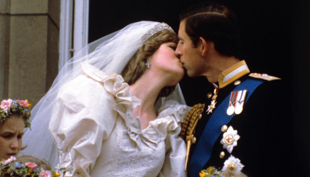 JUBELKYSSET: Diana av Wales og prins Charles feiret ekteskapet med å kysse på kirketrappa etter bryllupet. Nå har det imidlertid kommet fram ny informasjon som skal ha det til at de bare møttes 12 ganger før de giftet seg. Foto: NTB scanpix
