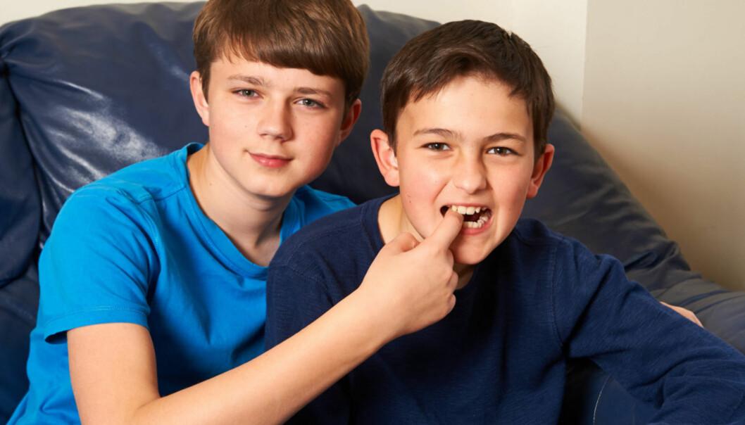 <strong>10-ÅRSJUBILEUM:</strong> Harry (13) og Charlie (11)  Davies-Carr gjenskaper øyeblikket som gjorde dem begge verdenskjent. Foto: NTB Scanpix