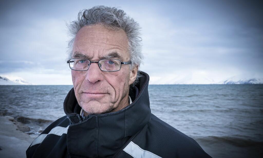 KLIMAPOLITIKK: Rasmus Hansson (Mdg) vendte tilbake til gamle tomter for å se nærmere på hvordan klimaendringene har påvirket den skjøre naturen på øygruppa. Her står han ved bredden av Van Mijensfjorden om vanligvis er frosset igjen. Foto: Øistein Norum Monsen / Dagbladet