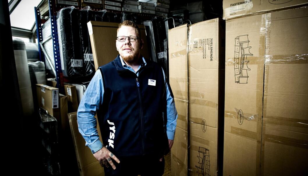 <strong>LAGERSJEFEN:</strong> Lars Erik Østli (31) var arbeidsledig da NAV-veileder stilte krav og skaffet ham jobb som lagersjef hos Jysk på Lillestrøm. Foto: John T. Pedersen