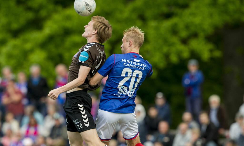 DUELL: VIFs Henrik Kjelsrud Johansen og Ørns Håvard Hettervik (t.v.) på Lystlunden stadion. Foto: Vegard Wivestad Grøtt / NTB scanpix