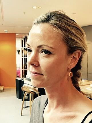 SKREKKOPPLEVELSE: Cecilie Heimlund finner fortsatt glassbiter rundt om i stua, flere dager etter at Ikea-bordet eksploderte. Foto: Tore Neset