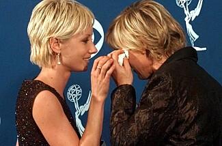 FIKK TV-PRIS: Ellen DeGeneres tørker tårene sammen med Anne Heche etter å ha vunnet en Primetime Emmy for hovedrollen i «Ellen» i 1997. Foto: AP/ NTB scanpix