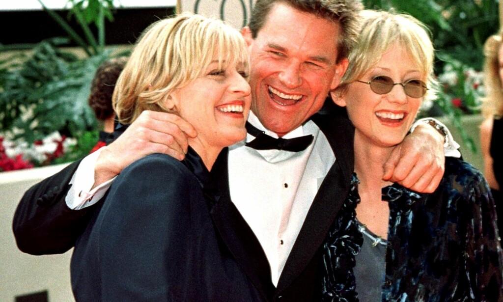 PÅ RØD LØPER: Ellen DeGeneres og Anne Heche på Golden Globe-utdelinga i 1998, sammen med Kurt Russell. Foto: AFP/ NTB scanpix