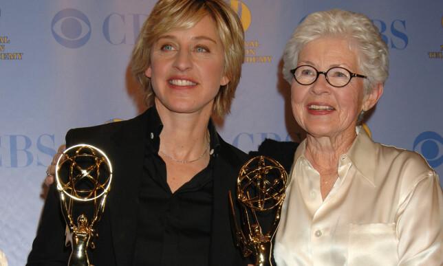 NÆRT FORHOLD: Ellen og Betty DeGeneres har opplevd svært mye sammen. Her er de avbildet sammen på Daytime Emmy Awards i 2005, der «The Ellen DeGeneres Show» vant tre priser. Foto: AP/ NTB scanpix