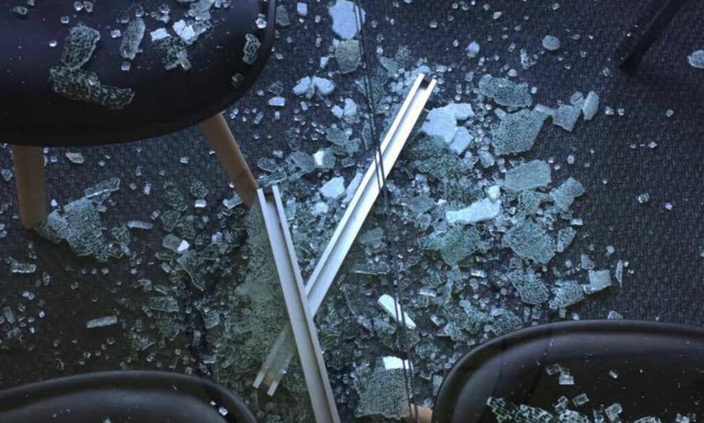 GLASS OVER ALT: Slik så det ut på stuegulvet hos Cecilie Haimlund etter at spisebordet fra Ikea eksploderte natt til 28. mai. Foto: Cecilie Heimlund