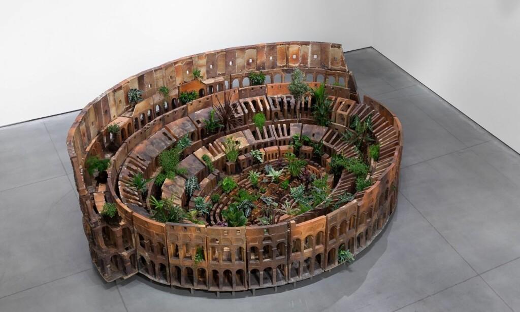 COLOSSEUM: Huang Yong Pings versjon av Romas Colosseum er laget av terrakotta, jord og planter. Foto: Christian Øen