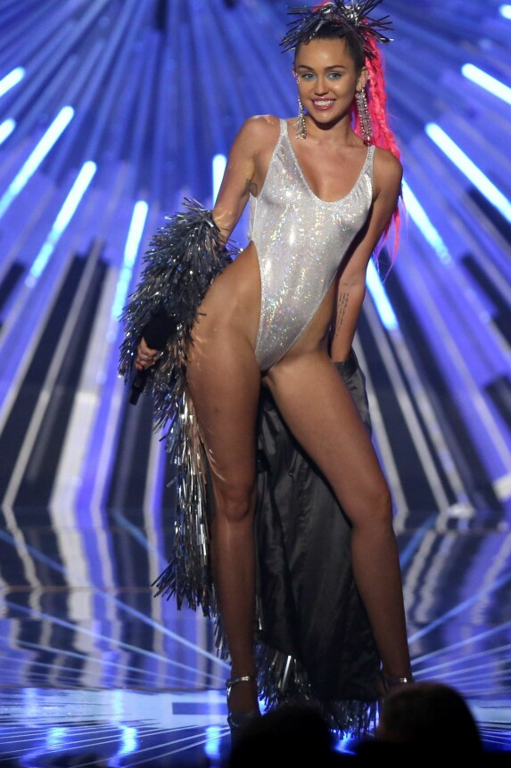 <strong>PUSHET GRENSER:</strong> Miley Cyrus på MTV Video Music Awards i 2015. Foto: NTB scanpix