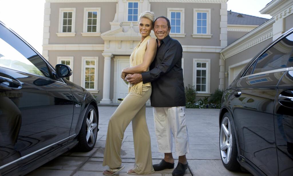 KORTVARIG LYKKE: Anna og Paul Anka poserer foran sitt tidligere hjem i Los Angeles i forbindelse med «Svenske Hollywoodfruer». Foto: Thomas Engström / TV3