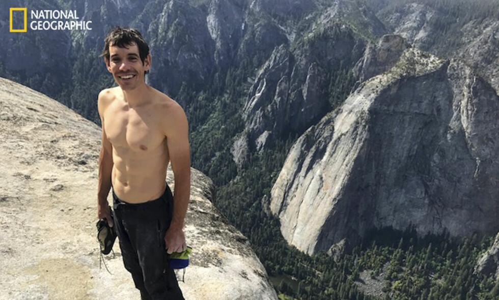 HISTORISK: Den 31 år gamle fjellklatreren Alex Honnold har blitt den første som har klatret alene opp granittveggen El Capitan i Yosemite National Park uten tau eller sikkerhetsutstyr. Her er han fotografert på toppen 3. juni etter en fire timer lang klatretur. Foto: Jimmy Chin / National Geographic via AP / NTB scanpix