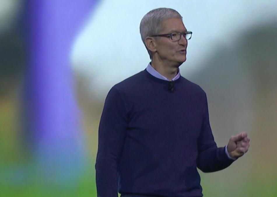 OPPDATERTE: Apple-sjef Tim Cook på scenen da selskapet oppdaterte publikum på hva de holder på med. Skjermdump: Apple