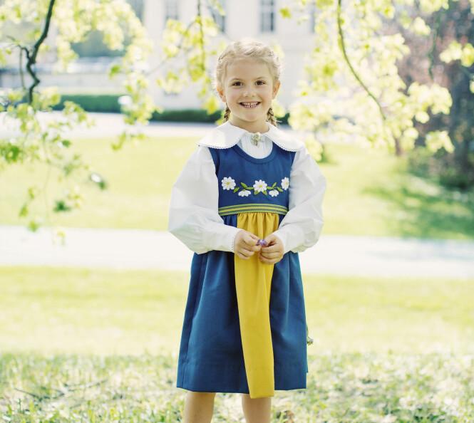 <strong>BLID:</strong> Prinsesse Estelle begynner å bli en stor jente. Her smiler hun i nasjonaldrakten sin, klar for å feire sammen med resten av familien. Foto: Erika Gerdemark, Kungahuset.se