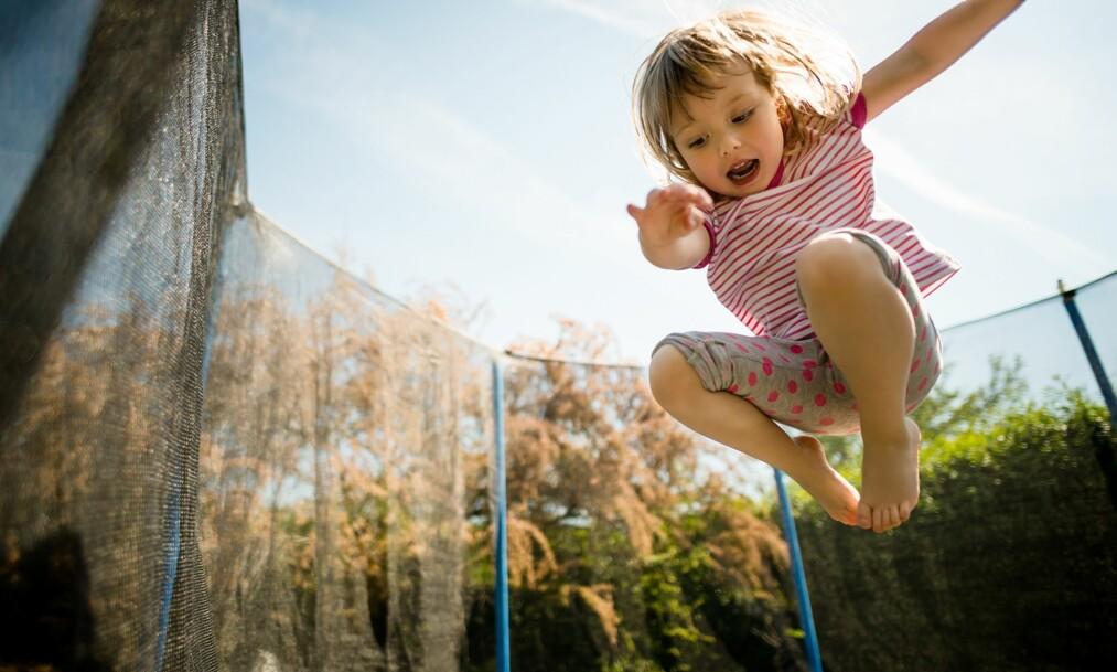 HØYSESONG FOR TRAMPOLINESKADER: Å hoppe på trampoline er både kjempegøy og godt for barnas fysiske utvikling, men det kan være lurt å ta enkelte forhåndsregler. Foto: NTB scanpix