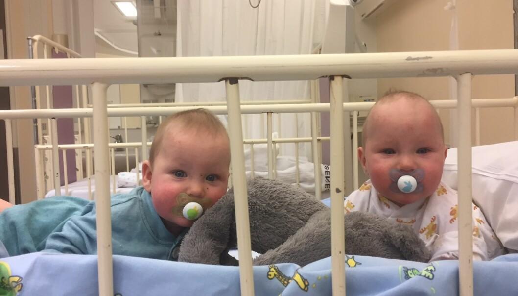 <strong>KLARE FOR OPERASJON:</strong> Bare åtte måneder gamle måtte Aron og Trym gjennomgå en omfattende operasjon for å sikre hjernen god plass i hjerneskallen. Foto: Privat