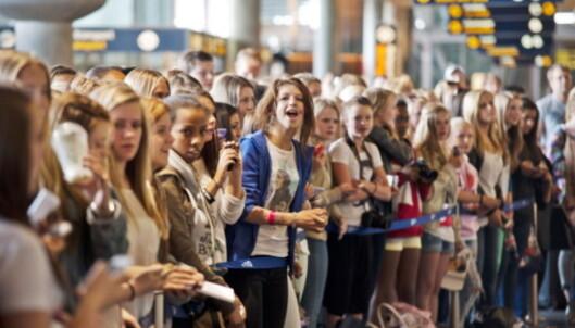 VENTET PÅ FLYET: Fansen møtte opp på Gardermoen for å ta popstjerna godt i mot da han ankom Norge for første gang i 2012. Foto: NTB Scanpix