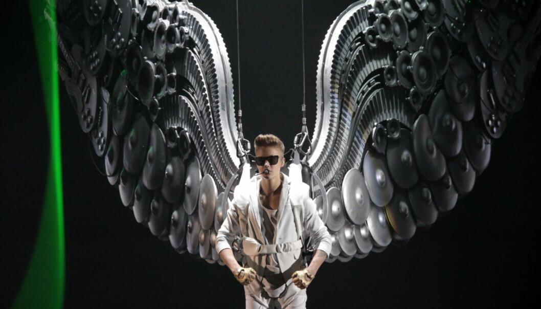 TELENOR ARENA: Justin Bieber åpnet konserten med å dale ned på scenen med englevinger i 2013. Foto: NTB Scanpix