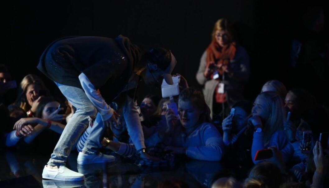 TØRKET OPP: Her tørker Justin Bieber opp vannsøle på scenen rett før sin dramatiske exit på Chateau Neuf i Oslo i 2015. Foto: NTB Scanpix