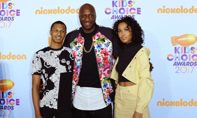 TOBARNSFAR: Her er Lamar sammen med sønnen Lamar Jr. og datteren Destiny under årets Kids' Choice Awards i Los Angeles i mars. Foto: NTB Scanpix