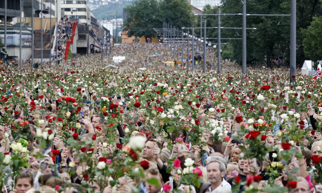 DA TERROREN RAMMET: Markering på Rådhusplassen i Oslo 25. juli 2011, tre dager etter at terroren rammet. Foto: Erlend Aas / Scanpix