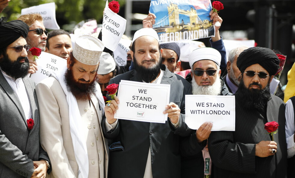 """RESPEKT: Hver gang et terrorangrep inntreffer føler jeg på frykten andre mennesker føler til min religion, skriver artikkelforfatteren. Her viser imamer og andre religiøse ledere sin respekt for de åtte som døde i terroranslaget i London sist lørdag. Foto: Tolga Akmen / LNP / REX / Shutterstock /&nbsp;<span style=""""background-color: inherit;"""">NTB Scanpix</span>"""
