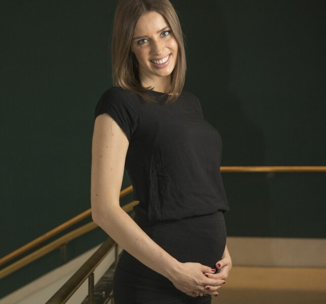GRAVID: Susanne Wergeland smilte stolt for kameraet da hun avslørte den hyggelige babynyheten. Foto: Morten Eik