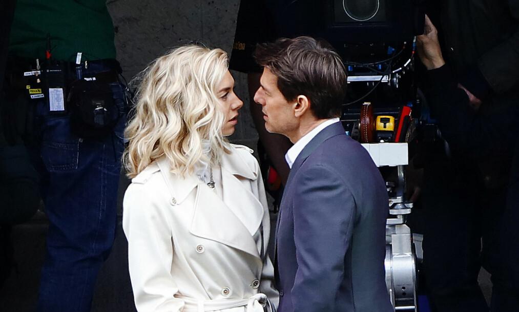 HETT PÅ SETT: Vanessa Kirby og Tom Cruise har virkelig funnet tonen - også når kameraene er pakket ned for kvelden. Foto: NTB scanpix