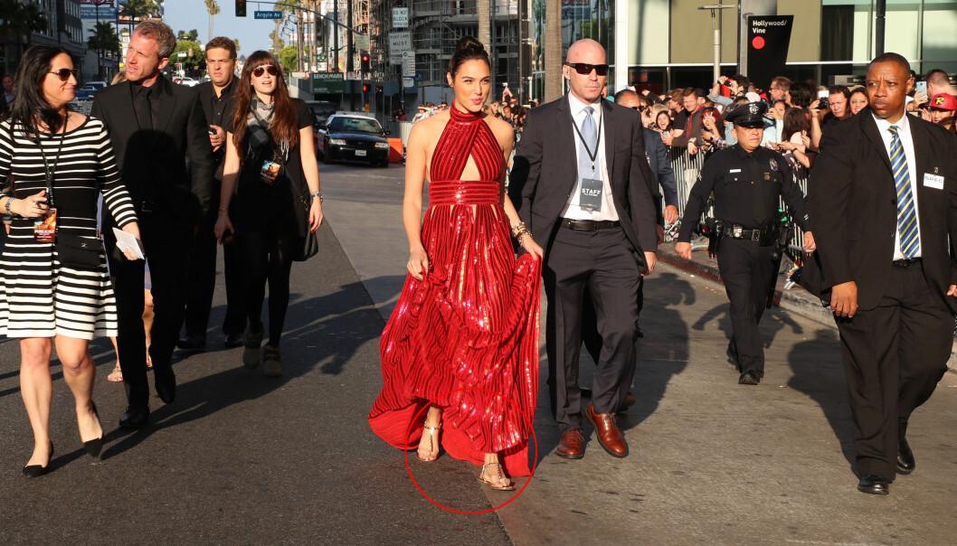 FÅR ROS: «Wonder Woman»-stjerna Gal Gadot stylet Givenchy-kjolen sin med flate gullsandaler på filmens premiere i Los Angeles. Det gikk ikke ubemerket hen. Foto: NTB scanpix