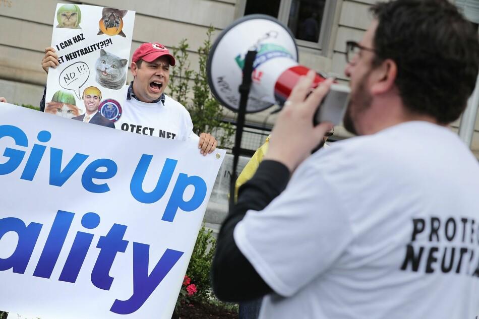BETENT SAK: Nettnøytralitet får ikke mye oppmerksomhet i norsk media. Men media er blant dem som kan bli skadelidende om de som gir nordmenn internett bestemmer hva som skal være gratis, og hva som skal koste. Her fra en demonstrasjon i Washington, hvor blant annet president Donald Trumps syn på nettnøytralitet er omstridt. Foto: Chip Somodevilla / AFP / NTB Scanpix
