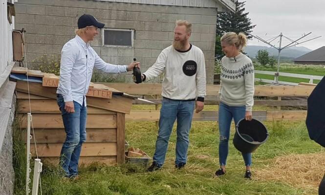 DØPT MED CAVA: Petter Pilgaard, Inge Kjørrefjord og Vendela Kirsebom forbereder grisedåpen. Foto: Janet Seppola