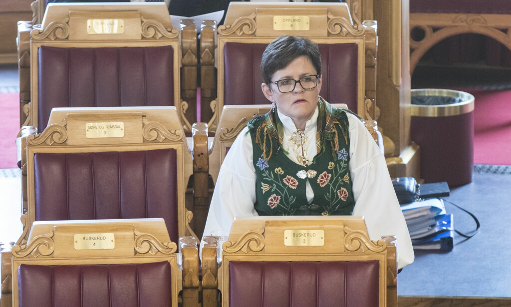 BUNADSPROTEST: Ap-representant Lisbeth Berg-Hansen hadde på Nordlandsbunaden da Stortinget vedtok å tvangssammenslå Nordlands-kommunen Bindal med nabokommuner i Nord-Trøndelag. Foto: Vidar Ruud / NTB scanpix