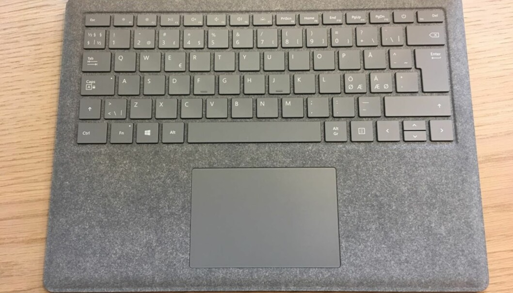 <strong>KUNSTSTOFF:</strong> Overflaten rundt tastatur og pekeplate er dekket av Alncantara-stoff. Foto: Bjørn Eirik Loftås