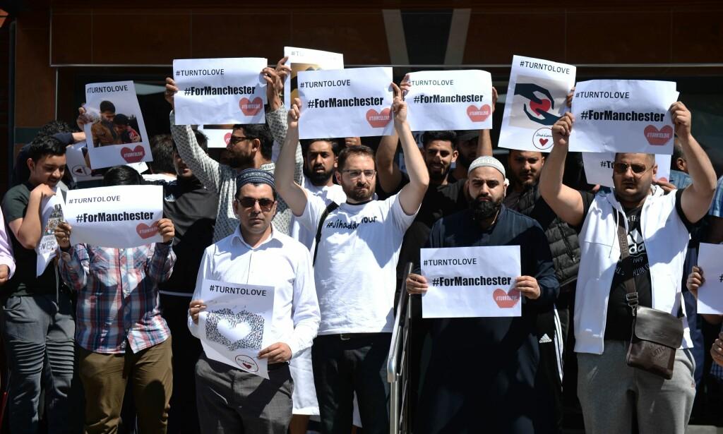 ETTER TERROREN: Muslimer i Manchester viser sin støtte etter terrorangrepet mot et konsertlokale i byen 22. mai. - Muslimer må uten tvil fortsette sin kamp mot puritanske krefter, som fremmer et syn der islam og Vesten blir fremstilt som fiender. Samtidig må man også ta innover seg at vestlig intervensjonspolitikk ikke er årsak til all terror begått i islams navn, skriver artikkelforfatteren. Foto: AFP PHOTO / Oli SCARFF