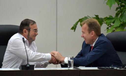 """FRED: Norge har sammen med Cuba vært tilrettelegger for fredsforhandlingene mellom den colombianske regjeringen og FARC-geriljen. Her utenriksminister Børge Brende sammen med FARC-leder Timoleon Jimenez, alias """"Timochenko""""etter at fredsavtalen er undertegnet i Havanna i juni i fjor. Foto: Adalberto Roque/AFP"""