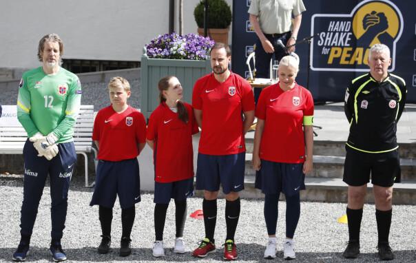 <strong>PROFILERT LAGLEDER:</strong> Jan Åge Fjørtoft (t.v.) stilte opp som både keeper og lagleder for kronprinsfamilien. Foto: Lise Åserud / NTB scanpix