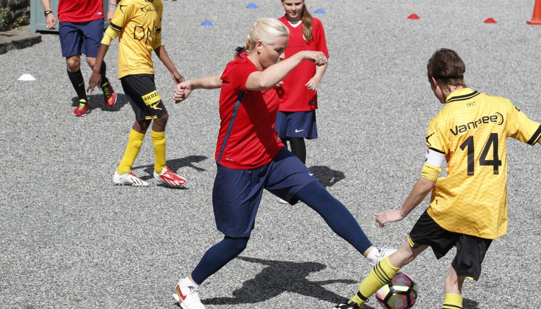 <strong>I AKSJON:</strong> Kronprinsesse Mette-Marit gikk inn i kampen med tilsynelatende stort engasjement. Foto: Lise Åserud / NTB scanpix