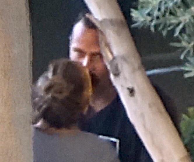 KJÆRLIG KYSS: Jennifer Lopez og Alex Rodrigues delte et kyss like før hun skulle holde sitt siste show i Las Vegas før sommeren. Foto: NTB Scanpix