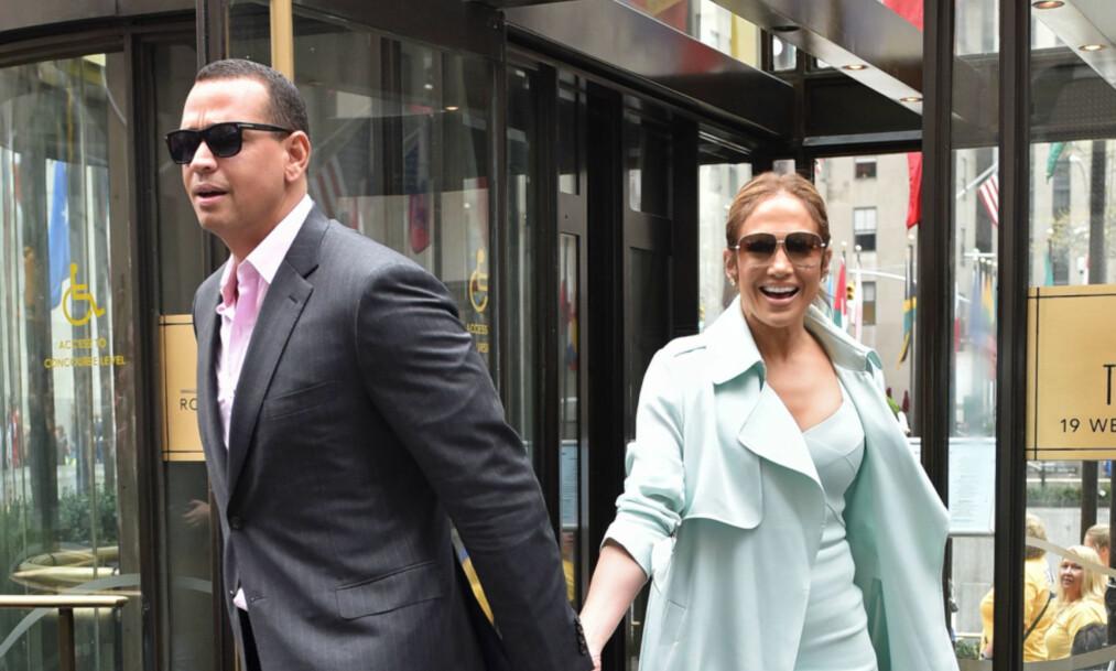 VISER SIN KJÆRLIGHET: I mars ble det kjent at J-Lo hadde funnet lykken med Alex Rodrigues. Nå viser paret sin kjærlighet. Foto: NTB Scanpix