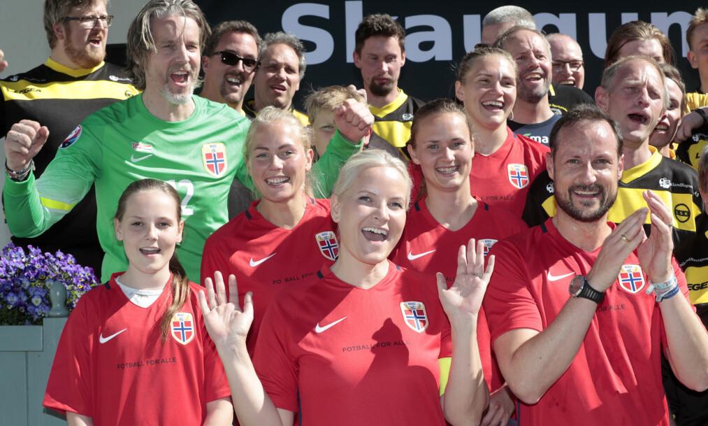 <strong>ROYAL SEIER:</strong> Kronprinsfamilien hadde med seg Jan Åge Fjørtoft på laget, i tillegg til proffspillere som Caroline Graham Hansen og Ingvild Isaksen, da de tok sin første seier i den årlige vennskapskampen i fotball på Skaugum. I år møtte de LSK Unified (i gult og sort). Foto: Lise Åserud/ NTB scanpix