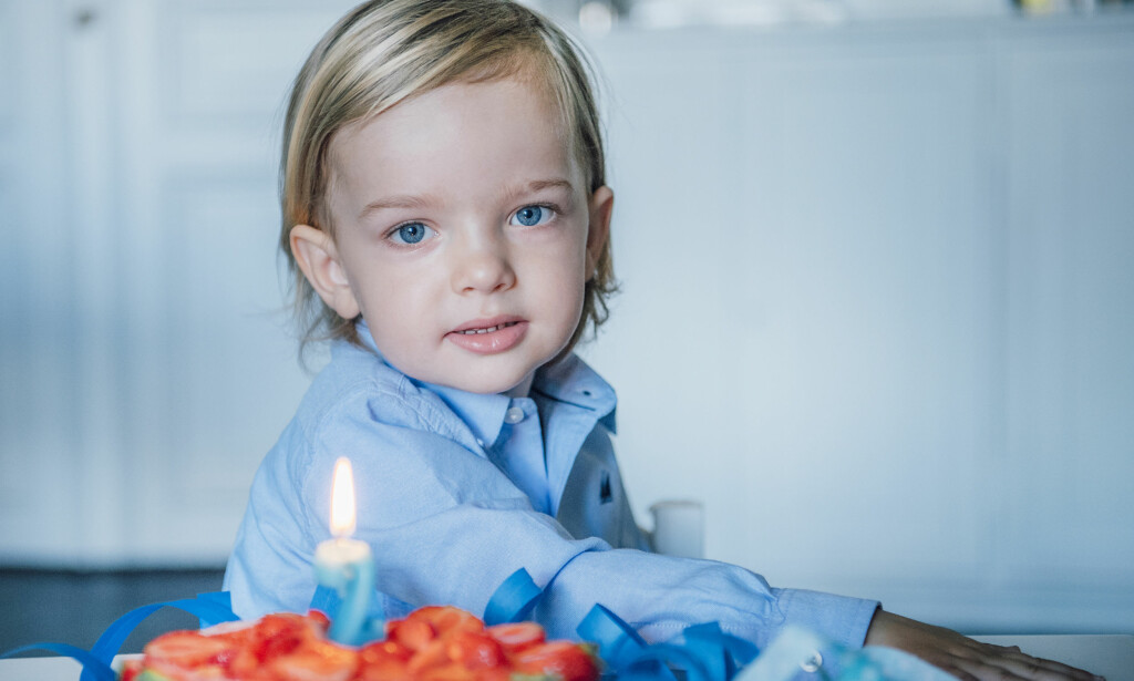 SJARMØR: I anledning sin to-årsdag har prins Nicolas stilt opp på dette bildet for det svenske kongehuset. Foto: Kate Gabor, Kungahuset.se