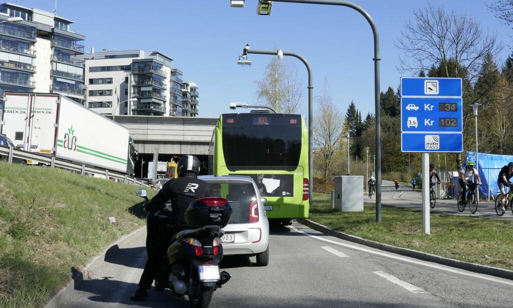 BETENT: Bompengesdebatten har blussa opp den senere tiden. Bildet viser bomstasjon ved Skøyen i Oslo. Foto: Erik Johansen / NTB Scanpix