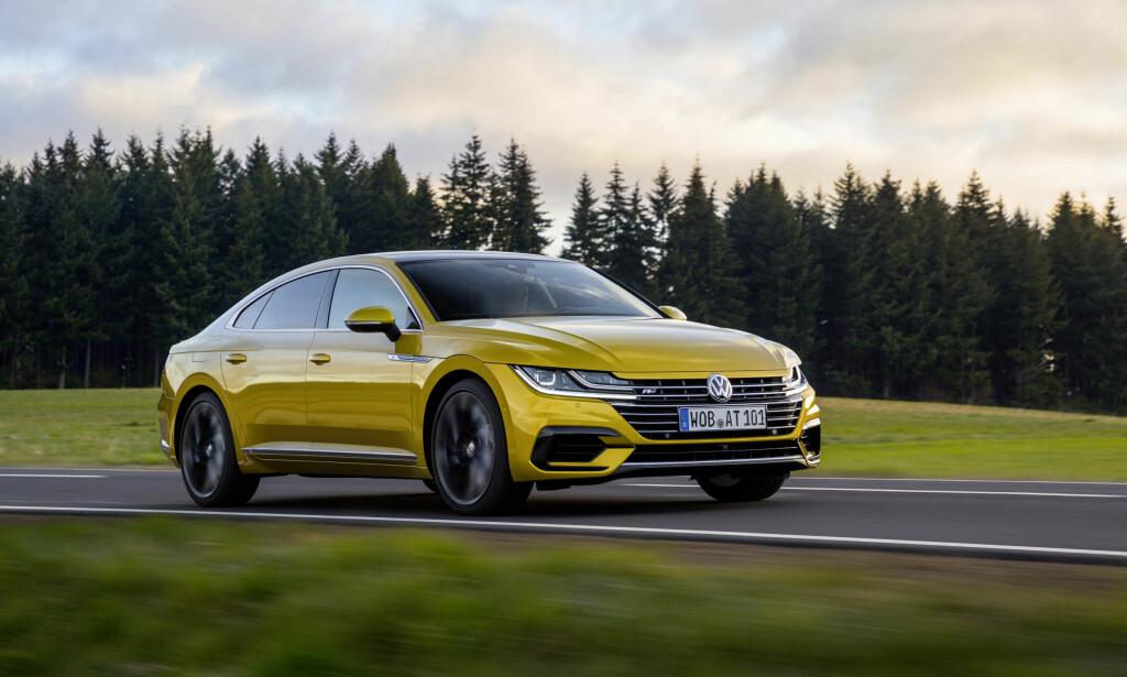 FJELLSTØ: Arteon har lang akselavstand, er bred og lav, har et moderne og, på testbilene, adaptivt understell og firehjulsdrift. På tysk motorvei i høy hastighet er den både stabil og retningssikker. Foto: Volkswagen