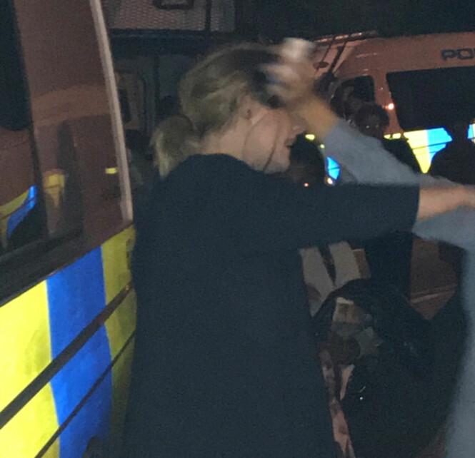 GA KLEMMER: Adele ga klemmer til de som var tilstedet ved Grenfell Tower i London. Foto: Reuters / NTB Scanpix