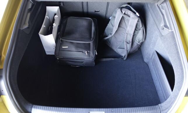 GOD PLASS: Uten å være like stort som i Passat, svelger bagasjerommet godt unna: 563 liter må sies å være absolutt godkjent. Foto: Knut Moberg