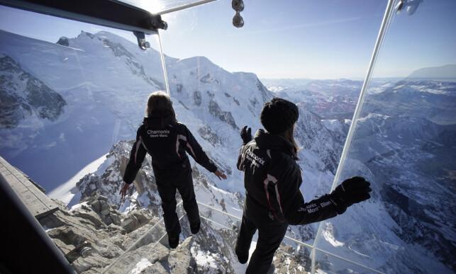 EVENTYRLIG UTSIKT: I dette glassburet på fjellet Aiguille du Midi i de franske alpene, er det 1000 meter mellom glassgolvet og bakken under deg. Foto: NTB Scanpix