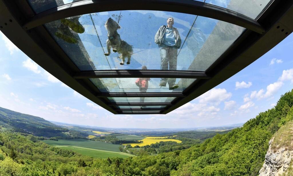 TYSK UTSIKT: I mai i år åpnet denne glassbrua ved Sonnenstein i Tyskland. Foto: NTB Scanpix