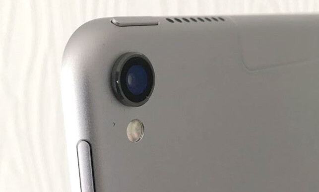 STIKKER UT: Frontlinsen på objektivet stikker et par millimetre ut fra bakplaten. Foto: Bjørn Eirik Loftås