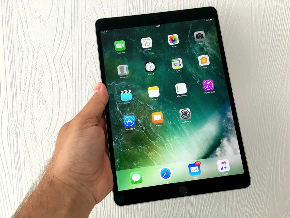 STØRRE SKJERM: Nye iPad Pro har fått økt skjermstørrelsen fra 9,7 til 10,5 tommer uten å øke brettstørrelsen i særlig grad. Det har Apple klart blant annet ved å halvere rammebredden på sidene. Foto: Bjørn Eirik Loftås
