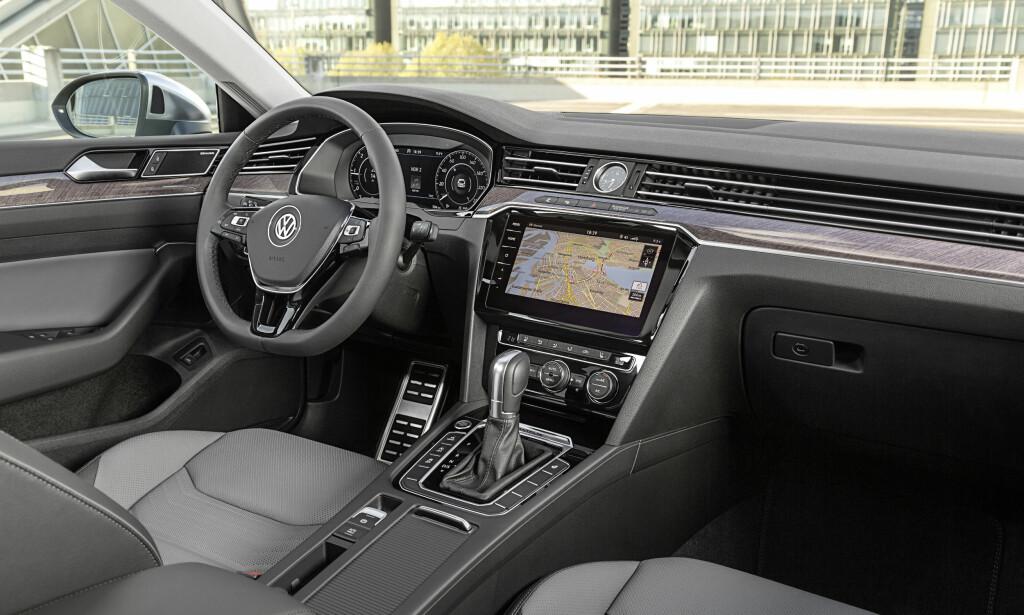 ELEGANCE: Litt mer tilbakeholden stil i Elegance-utførelse med treverk og pianolakk i stedet for børstet aluminium. Foto: Volkswagen